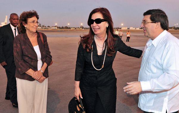 En la isla. La presidenta sólo dio alguna información mínima de su visita a Chávez desde la cuenta de Twitter. Hoy emprende el viaje a Asia.