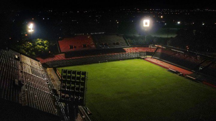 Los estadios de Newells y Central se encendieron para darle el adiós a Maradona