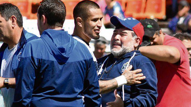 Se le dio. Maradona abraza al paraguayo Ayala