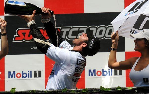 Loco festejo. El cordobés celebra con champán en el podio. Un desahogo.