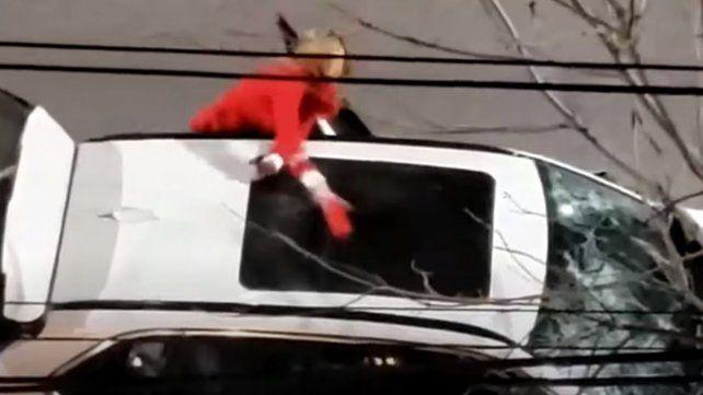 Video: una mujer destrozó una camioneta con un matafuegos en la ciudad de Santa Fe