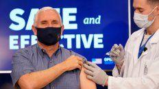 El vicepresidente Mike Pence al ser vacunado ayer con la dosis de Pfizer.