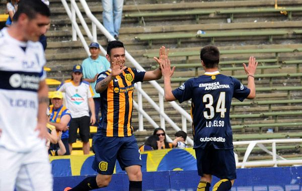 El 1-0. Nery Domínguez festeja su tanto junto al pibe Lo Celso.