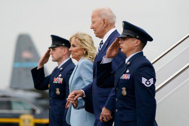 MATRIMONIO. El mandatario norteamericano y su esposa Jill descienden del avión de la Fuerza Aérea.