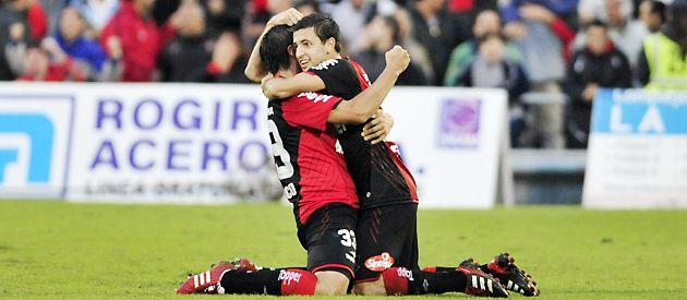 Martín Tonso (izquierda) se abraza com Hernán Villalba tras convertir el empate.