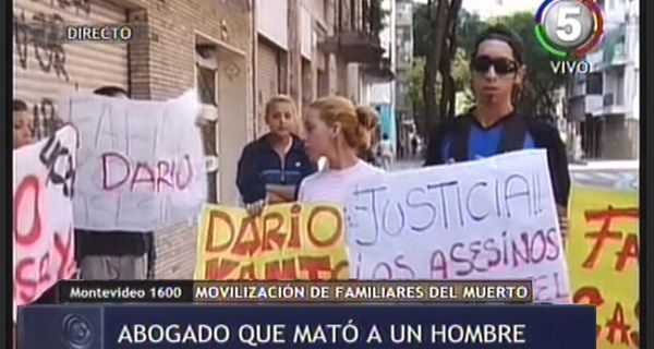 Familiares del joven acuchillado marcharon a la casa del abogado y pidieron justicia