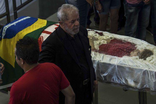 Lula durante el velorio de Marisa