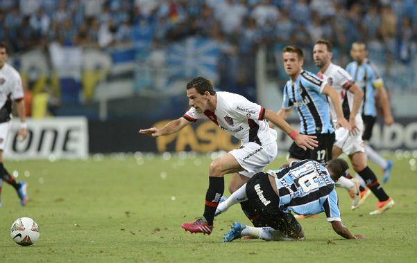Pasó. Maxi deja atrás la marca en Porto Alegre. La Fiera no jugó frente a Racing y hoy retorna. (foto: Héctor Rio)