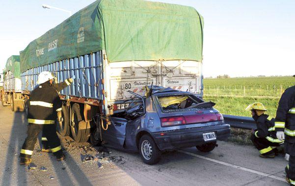 Accidente fatal. El Mazda quedó destrozado y sus ocupantes atrapados bajo el camión Scania que estaba detenido.