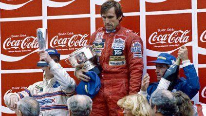 El gesto adusto de Reutemann contrasta con la alegría de Nigel Mansell, en su primer podio en la F-1, y de Jacques Laffitte, que se subía por primera vez en el año.