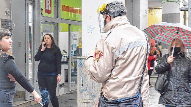 Así no. Personal municipal comenzó a realizar intensos controles en el centro de la ciudad obligando al uso del tapabocas.