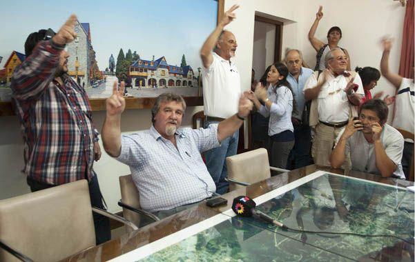 Resistiré. El intendente (de barba candado) recibió la noticia de su suspensión cantando la Marcha Peronista.