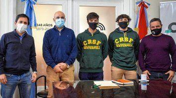 El concejal Simoniello, el diputado provincial Palo Oliver, y el presidente del Concejo, Leandro González, recibieron a los waterpolistas del Club Regatas de Santa Fe.