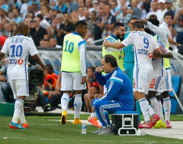 Bielsa descansa y toma café mientras sus jugadores festajan el gol de Gignac.