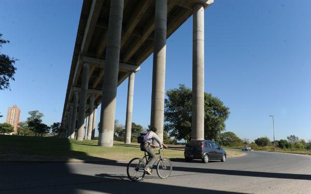 Zona roja. En la cabecera del puente los ciclistas son blanco fácil.