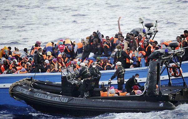 Cientos de inmigrantes transportados en un barco de la Marina italiana. En lo que va del año