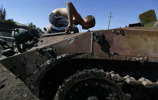 Lucha secesionista. Un niño observa el interior de un blindado destruido.
