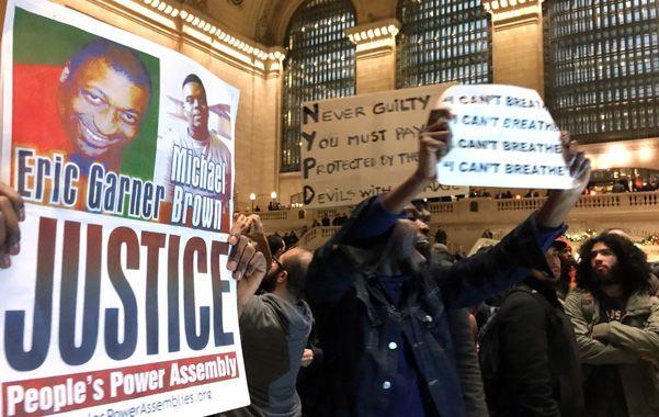 Críticas. Las protestas estallaron en múltiples lugares de la ciudad.