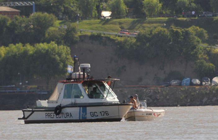 Ocho pasajeros de una embarcación cayeron al agua frente a San Lorenzo. Prefectura rescató a seis.