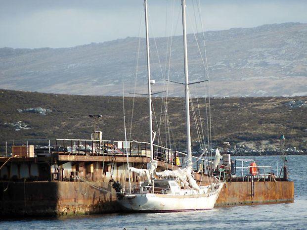 El velero. La Sanmartiniana aparece ayer amarrada en Puerto Argentino