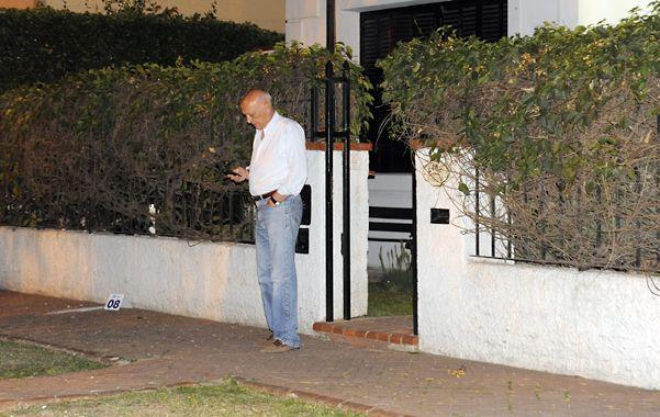 Noche brava. El ex gobernador frente a su casa