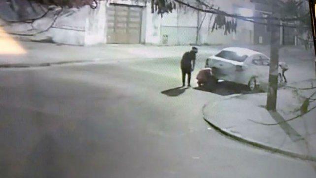 Sarmiento y pasaje Blanque. Ladrones robaron las patentes de un auto particular.