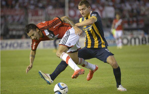 Marco Ruben y Leonel Vangioni en el último choque entre canallas y millonarios en el estadio Monumental.