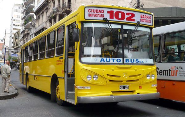 Los delincuentes habrían subido al 102 en Génova y Alberdi. La Policía busca a tres cómplices.