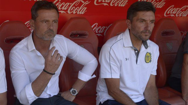 Diego Cocca mira el juego de su equipo en Avellaneda con la desazón propia de un resultado adverso tan abultado.