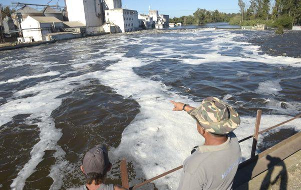 Palco. Desde el puente ferroviario de Carcarañá se puede dimensionar la furia del río y sus consecuencias.