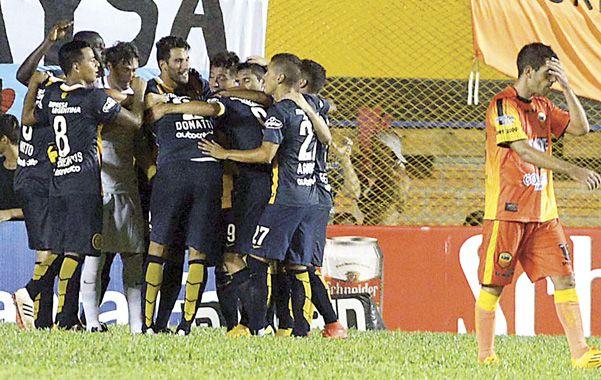 Los jugadores canallas celebran la victoria en Misiones. (foto: Francisco Guillén)