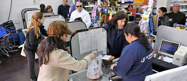 Los rosarinos están acostumbrados a la utilización masiva de las bolsas plásticas que se entregan en las cajas de los comercios.