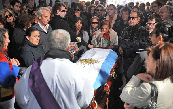 Dolor. Figuras del arte y la política acompañaron los restos del actor al panteón de actores en el cementerio porteño.