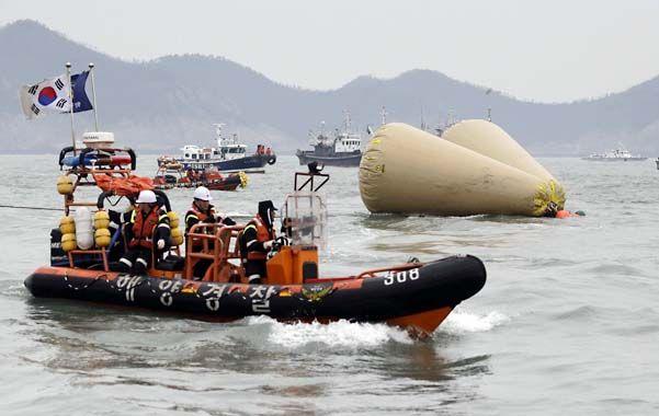 Arrestado. El capitán Lee Joon-seok quedó detenido ayer y enfrenta cinco cargos. El trabajo de rescate continuó.