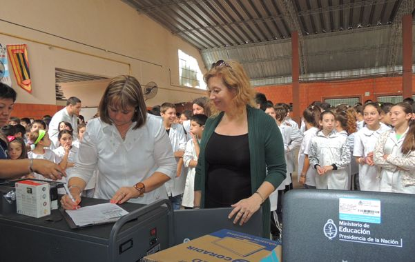 Cinco aulas virtuales fueron entregadas por el Ministerio de Educación de la Nación a establecimientos públicos de las ciudades de Roldán y Funes.