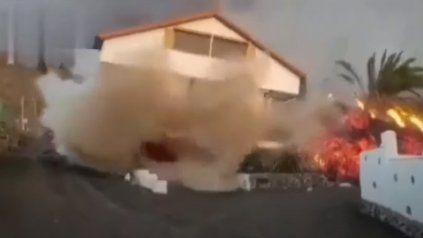 Un video muestra otra casa devorada por el río de lava en la isla de La Palma