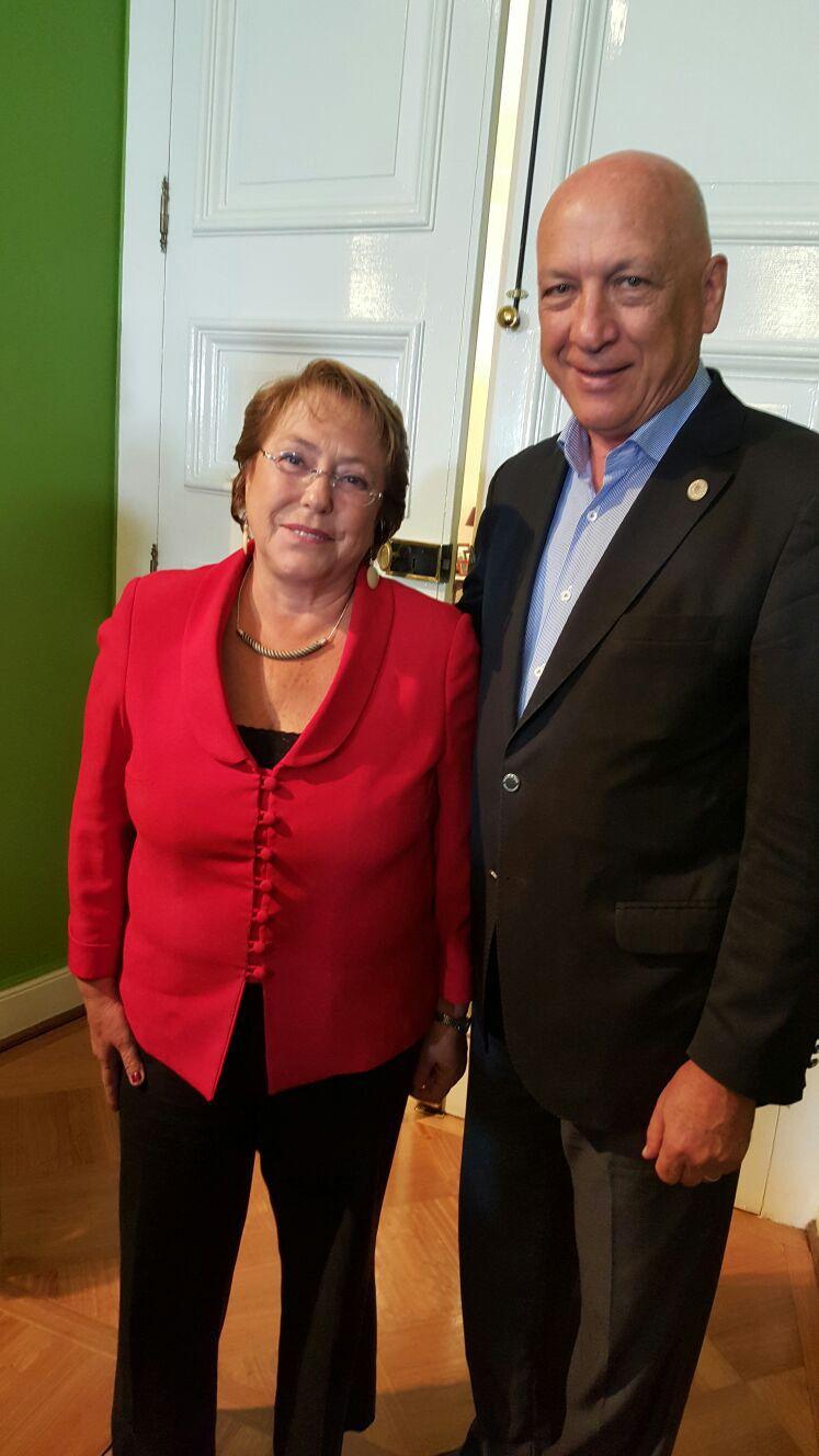 En Chile. Bonfatti con Bachelet.