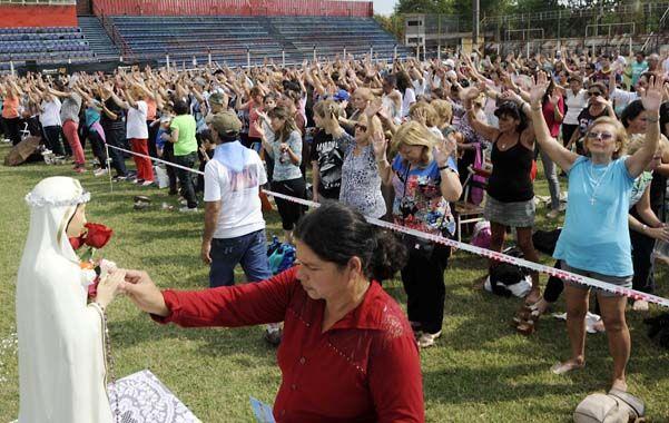 Brazos en alto. Los asistentes al estadio Gabino Sosa mostraron su fe y muchos de ellos se desmayaron y lloraron de emoción. (Foto: S. Toriggino)