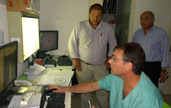 Visita. El ministro de Salud y el director del centro de salud recorrieron el hospital.