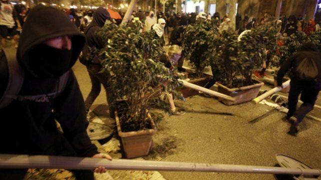 Vandalismo. Los violentos destruyen el mobiliario urbano. Las imágenes recorrieron el mundo.