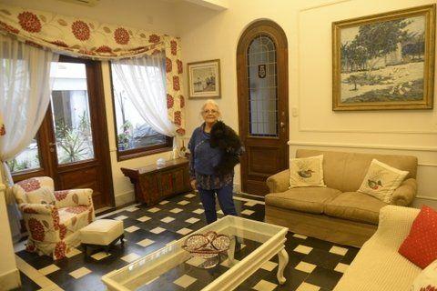 Alejandra Fracassi vive en el primer piso de la casa que su abuelo le encargó a Ángel Guido hace casi cien años, frente a la plaza Sarmiento