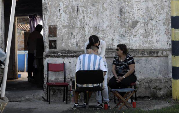 Duelo. Familiares de Roberto Alvarez en su casa de Biedma 72