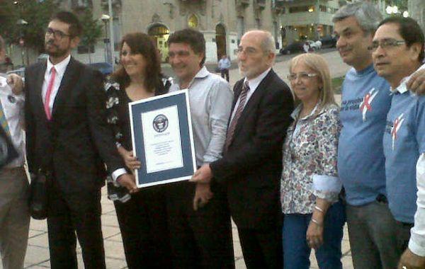 Mónica Fein y responsables de la campaña Una Prueba por la Vida reciben la certificación de un juez internacional de Guinness.