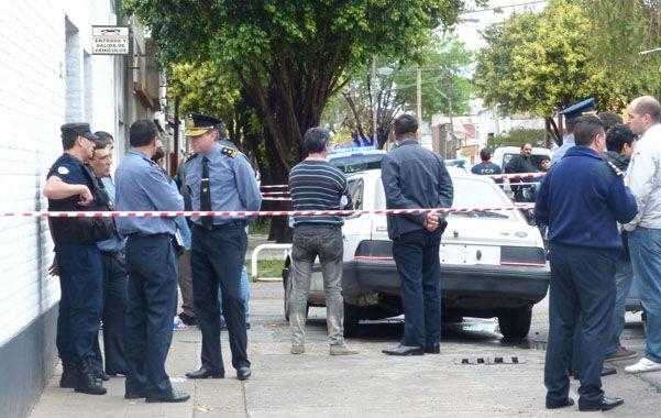 El Ford Sierra del policía asesinado quedó en la vereda del taller y fue alcanzado por más de una bala. (Angel Amaya / La Capital)