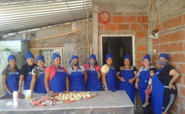 Mujeres jóvenes y de bajos recursos se capacitan en panificación los martes y jueves en Villa Banana y Barrio Bonano y vendes sus productos una vez al mes en las ferias de emprendedores.