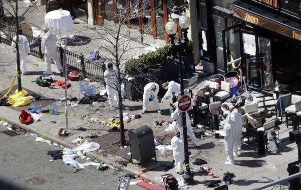 Sangrienta maratón. Brigadas antiterroristas buscan pistas de los autores del atentado en las calles de Boston.