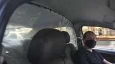 Con barbijo y separados del pasajero. Si bien no son obligatorias, muchas unidades colocaron una mampara divisoria.