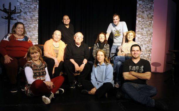 Equipo. Campos (centro) junto al elenco que lo acompaña en la pieza.