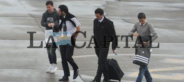 Di María (der.) y Messi (izq.) arriban al aeropuerto de Fisherton este mediodía. (Foto: M. Bustamante)