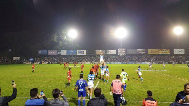 Arriba. El argentino gana en el line. Argentina XV no pudo repetir y cayó ante Toulón.